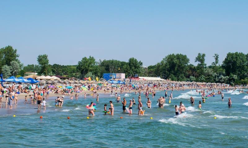 Många personer har gyckel i havet f?r sommarterritorium f?r katya krasnodar semester arkivbild