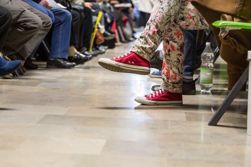 Många personer i ett väntande rum arkivfoto