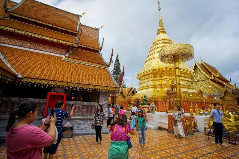 Många personer kommer att be på den Doi Suthep templet arkivfoton
