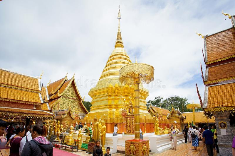 Många personer kommer att be på Doien Suthep Temple royaltyfria foton