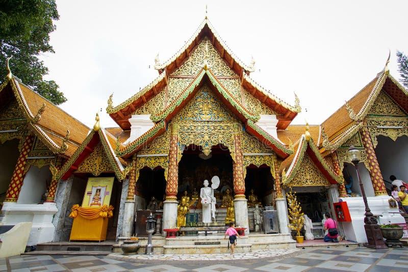 Många personer kommer att be på Doien Suthep Temple royaltyfri foto