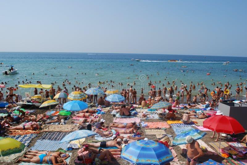Många personer på den crimean stranden royaltyfria foton