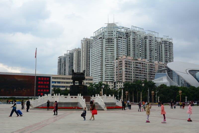 Många personer på den huvudsakliga fyrkanten i den Guangzhou staden, Kina royaltyfria foton
