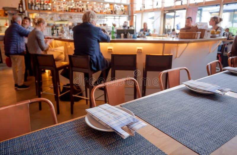 Många personer som har kafét eller restaurangen för insida för affärslunch det moderna arkivbilder