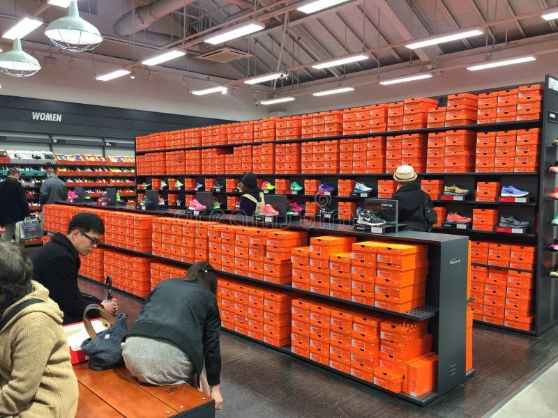 Många personer som shoppar skor i det karuizawa uttaget royaltyfria bilder
