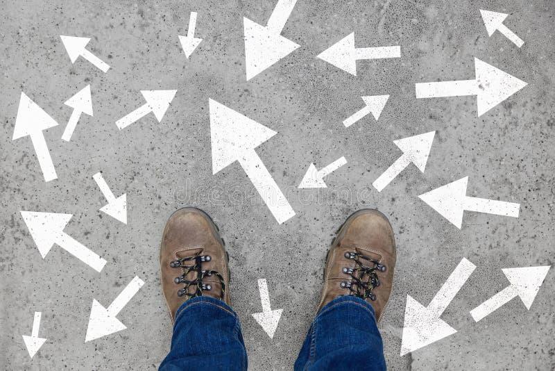 Många pilar som strategi- och beslutsbegrepp arkivbild