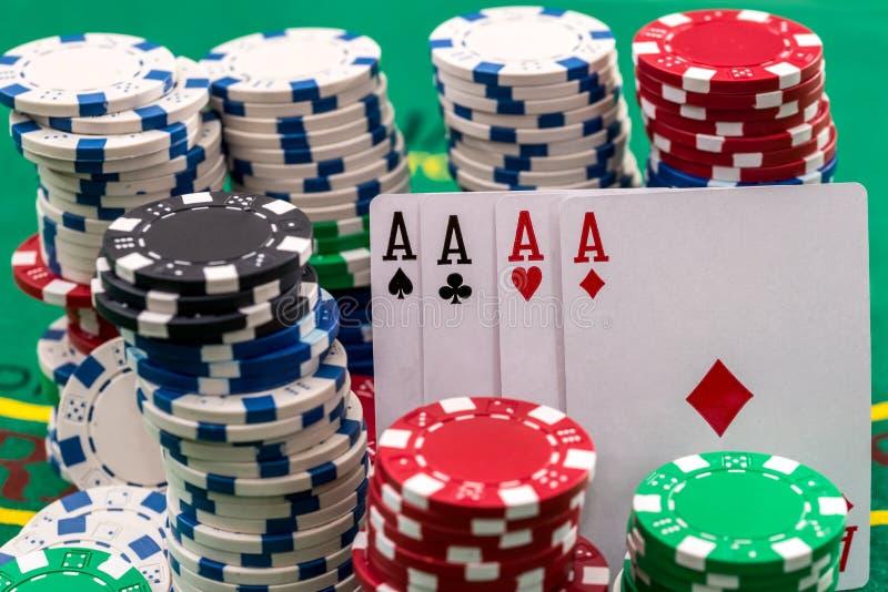 Många pokerchiper med kort på skrivbordet royaltyfri bild