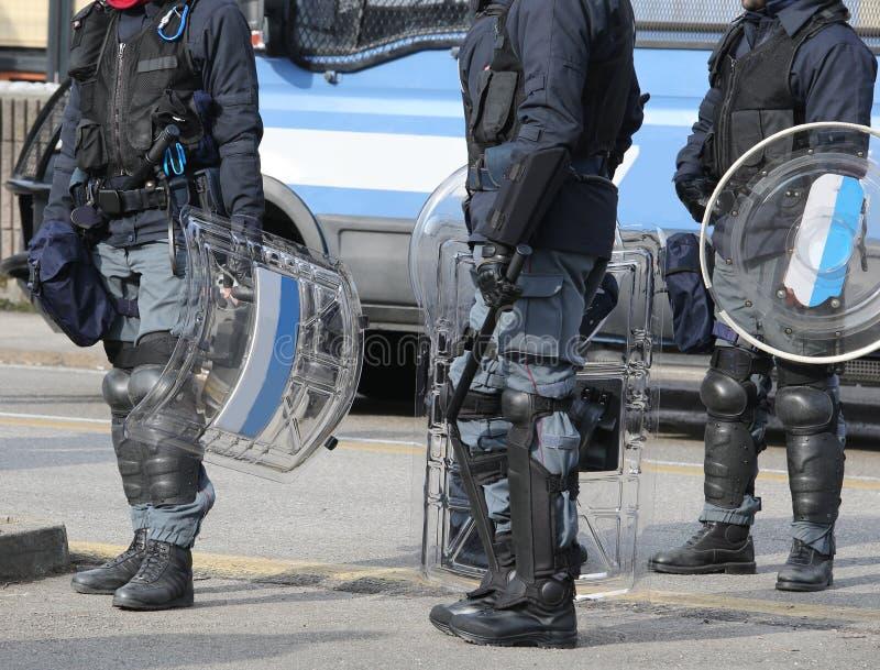 Många poliser i likformig under en tumult i staden arkivfoto