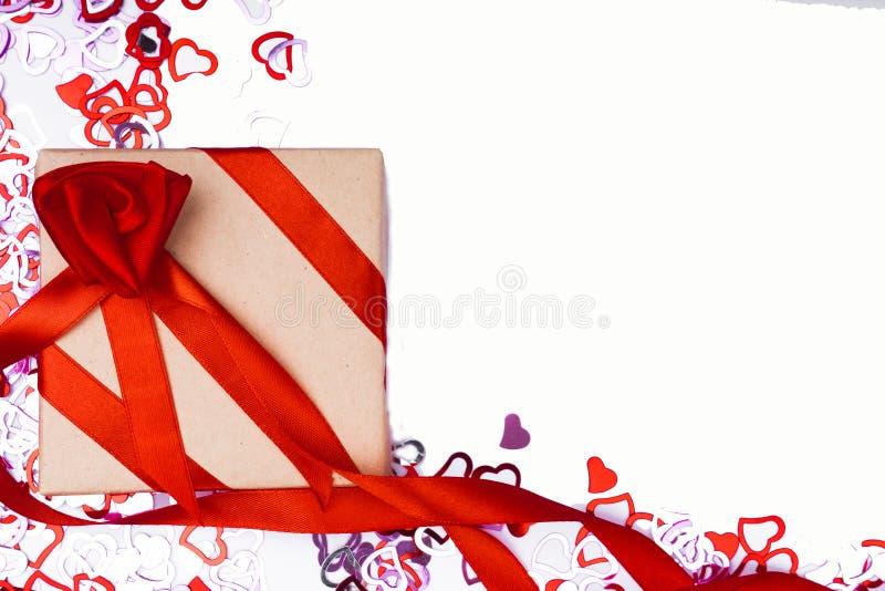 Många röd hjärtaform på vit bakgrund, förlovningsringen med diamanten, ram och utrymme för text arkivfoto
