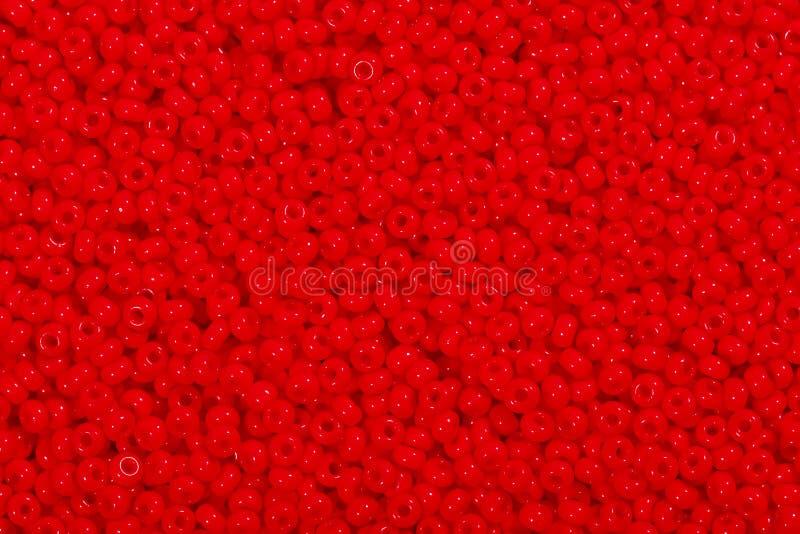 Många röda exponeringsglaspärlor Fotopärlor för bakgrund arkivbild