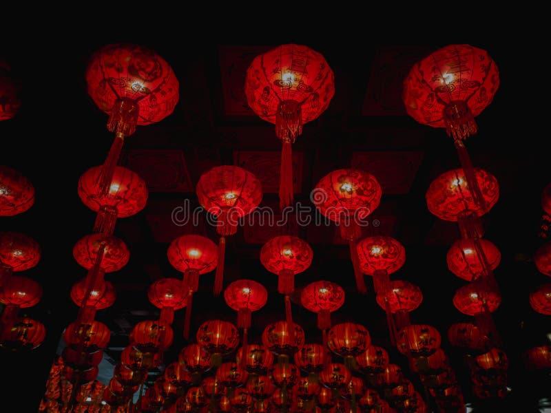 Många röda kinesiska lyktor på taket royaltyfri fotografi