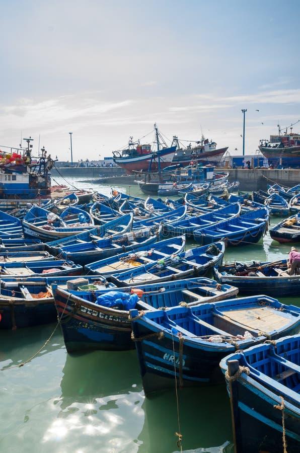 Många slösar träfiskebåtar som ankras i historisk port av den medeltida staden Essaouira, Marocko, Nordafrika royaltyfri fotografi