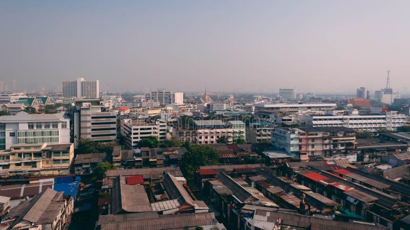 Många slumkvarterby och modern byggnad runt om Wat Saket royaltyfria foton
