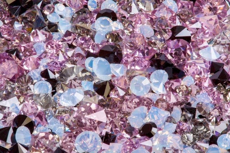 Många små diamantjuvelstenar, lyxig bakgrundsnärbild royaltyfri foto