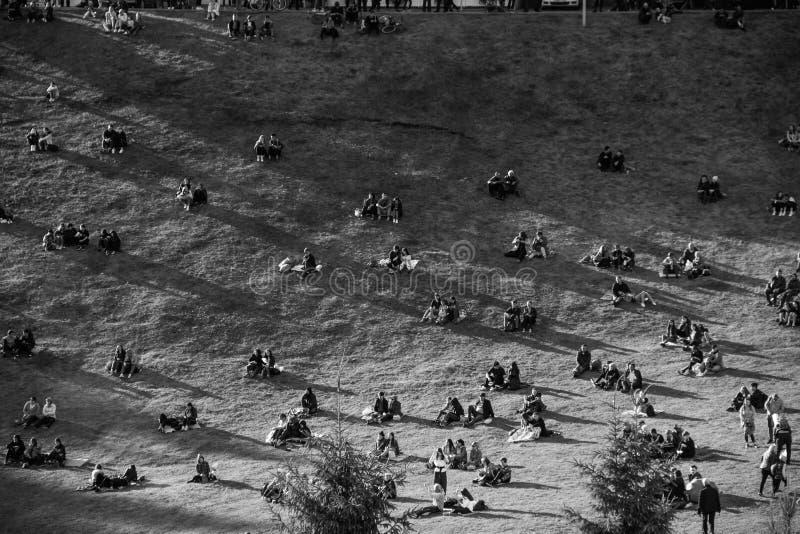 Många små grupp människor på kullen fotografering för bildbyråer