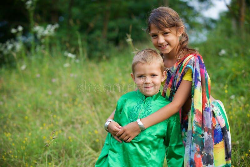 Många småbarn, pojkar och flickor som är iklädda klädkulturen av Indien arkivfoto