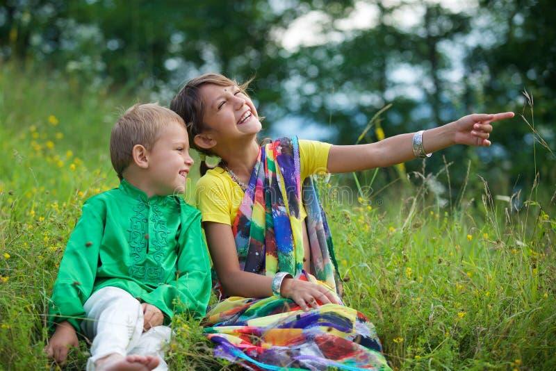 Många småbarn, pojkar och flickor som är iklädda klädkulturen av Indien arkivbild