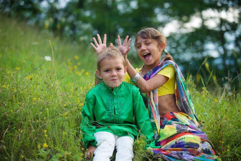 Många småbarn, pojkar och flickor som är iklädda klädkulturen av Indien arkivfoton