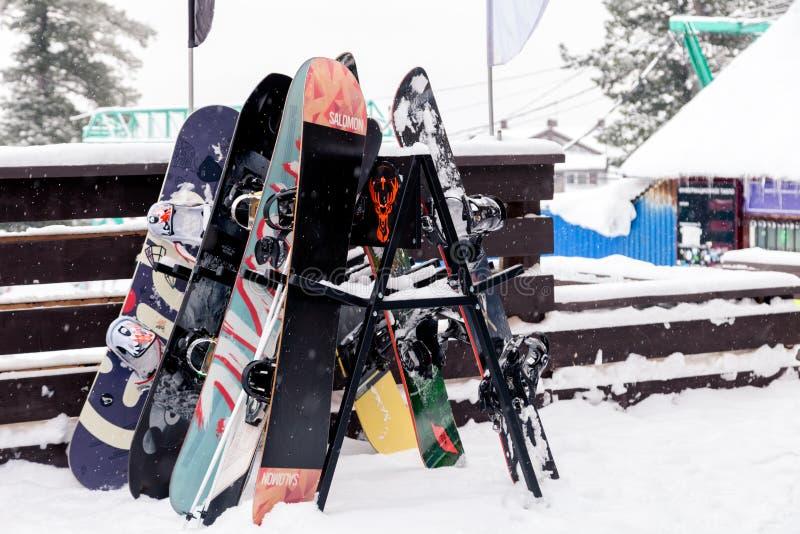 Många snowboards står på en ställning nära caféaprèsna skidar Recr royaltyfri fotografi