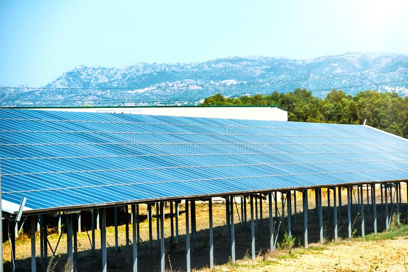 många sol- paneler arkivbild