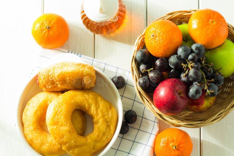 Många sorter av bröd och frukt arkivbilder