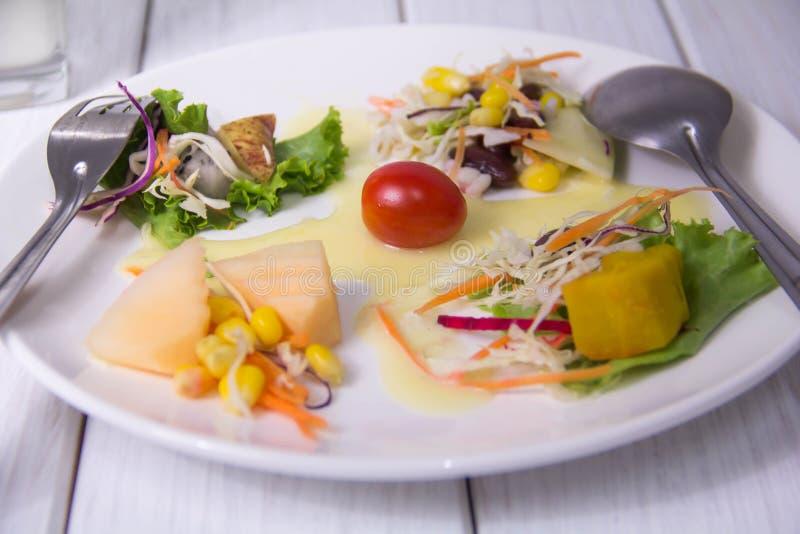 Många sorter av frukt- och grönsaksallader arkivbild