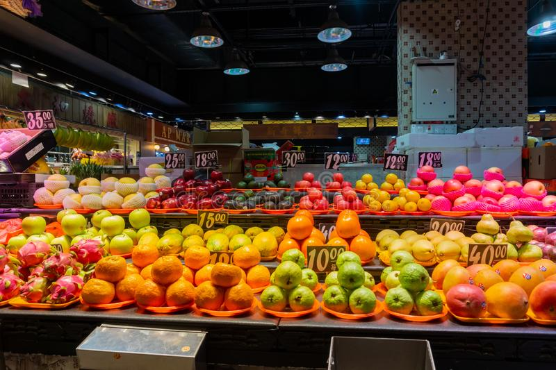 Många sorter av frukter som säljer i Hong Kong Market - Yaten Tung royaltyfri foto