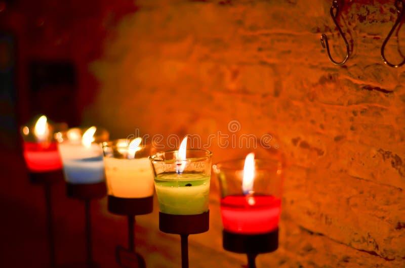 Många stearinljus som bränner på natten royaltyfri fotografi