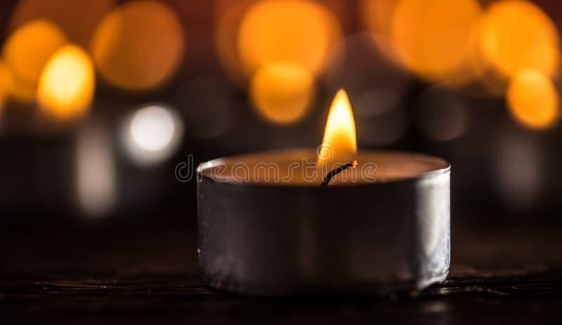 Många stearinljus som symolizing begravnings- celebrati för religiosjulbrunnsort royaltyfria bilder