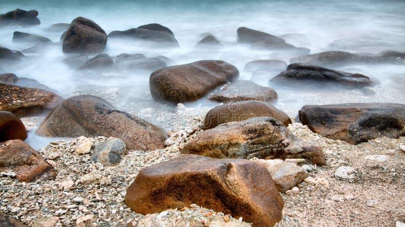 Många stenar i havet fotografering för bildbyråer