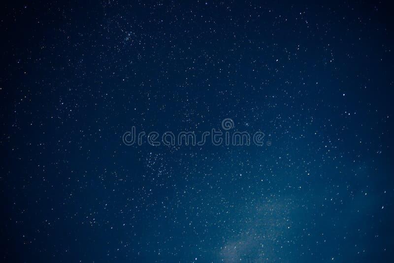 Många stjärnor på natthimmel, stjärnabakgrund royaltyfri fotografi