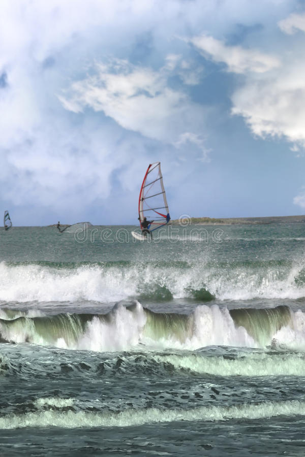 många stormar att vindsurfa för surfarear arkivbilder
