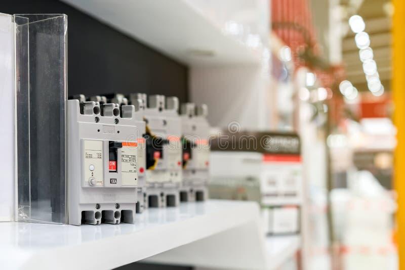 Många strömkretssäkerhetsbrytareströmbrytare för kontrollelkraft för industriellt på hylla arkivfoto