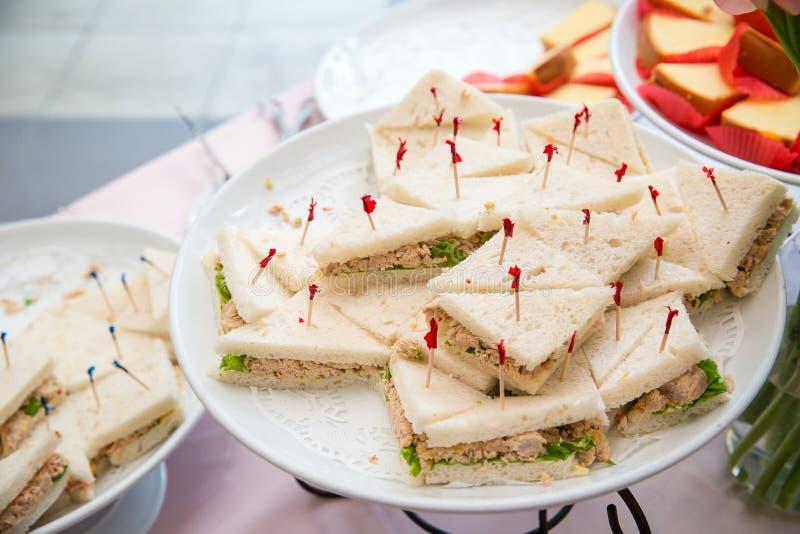 Många stycken av mini- sanwich på den vita maträtten för buffé äter lunch sanwichcanape för coctailmatställe arkivfoton