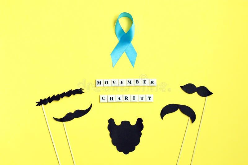 Många svart pappers- mustasch på gul bakgrund Skägg- och mustaschstrumpebandsorden på gul bakgrund royaltyfri foto