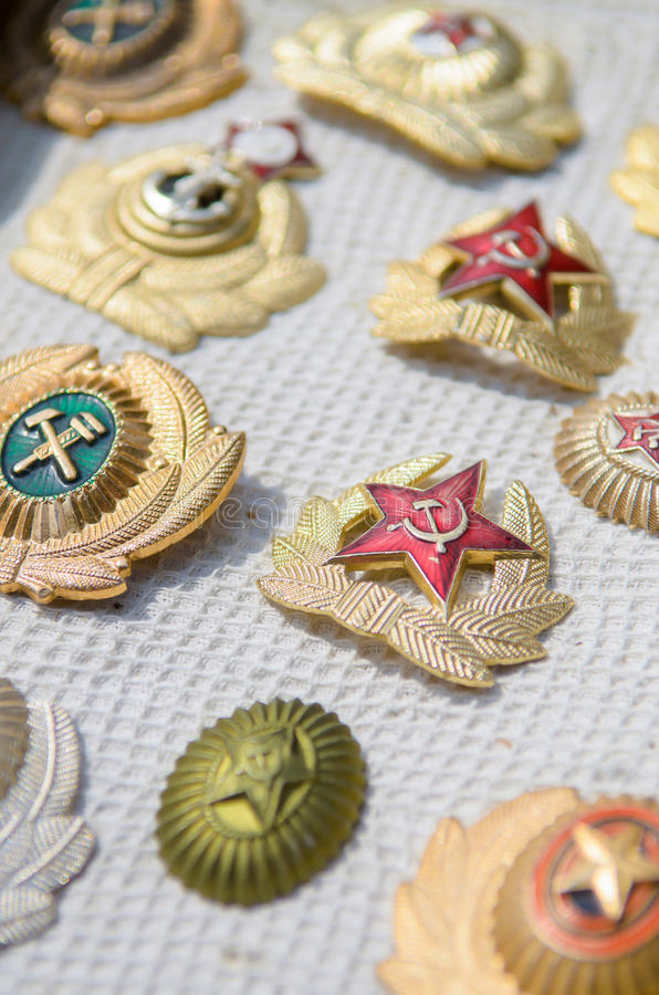 Många tappningSovjetunionen (tidigare Ryssland) emblem, utmärkelser av USSR medaljen av segern, i detalj fotografering för bildbyråer