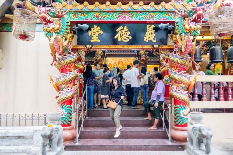 Många thailändska personer tillber till gudinnorna på Hualampong förvarar varje dag Bangkok Thailand Januari 5, 2019 arkivbilder