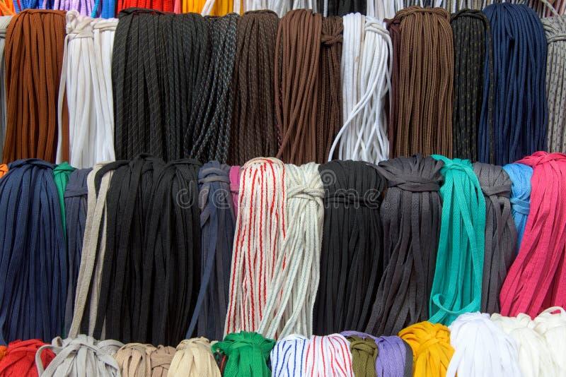 många till salu färgrika skosnöre arkivfoto