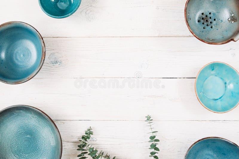 Många tomma keramiska plattor för turkos Lekmanna- lägenhet royaltyfri fotografi