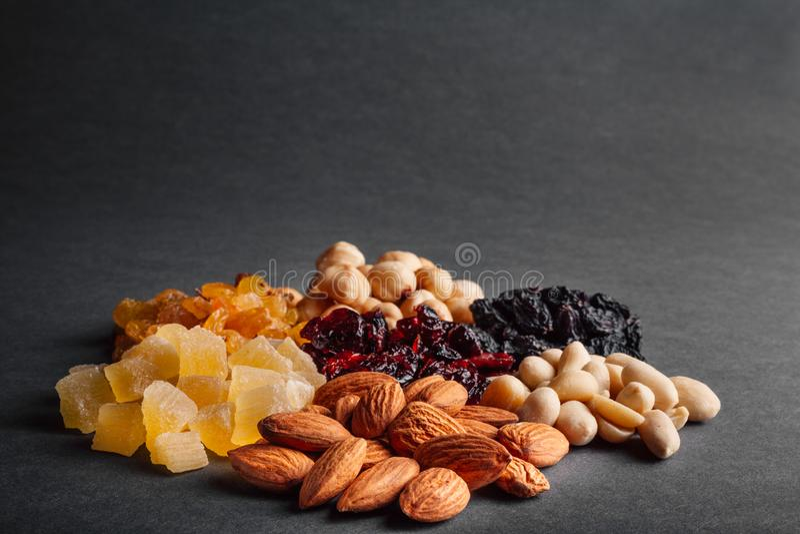 Många torkade frukter på en svart bakgrund royaltyfri fotografi