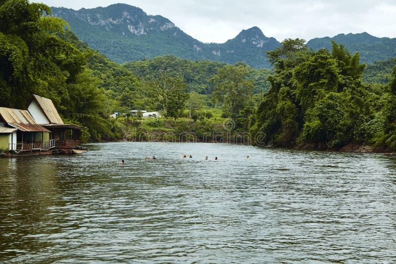 Många trähus som svävar på floden arkivfoton