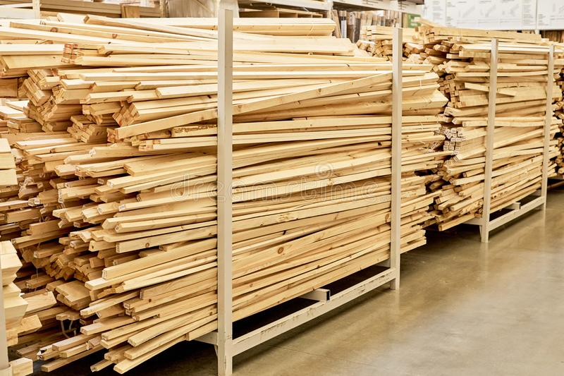 Många träplankor i maskinvarulager arkivfoto