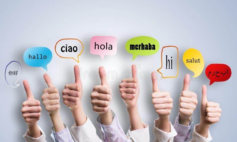 Många tummar med ordet 'välkomnande 'i många språk i anförandebubblor royaltyfri fotografi