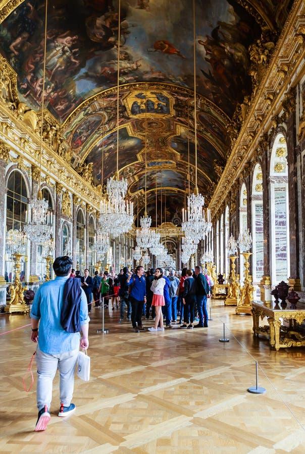 Många turist som besöker slott`en s mest berömt rum Hall av speglar arkivfoto