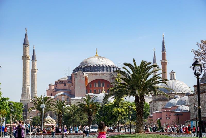 Många turister att besöka och fotografera den berömda Hagia Sofia gränsmärket i staden av Istanbul arkivfoto