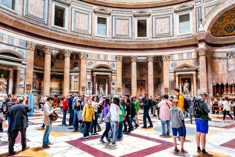 Många turister besöker den forntida panteon i Rome, Italien royaltyfri foto