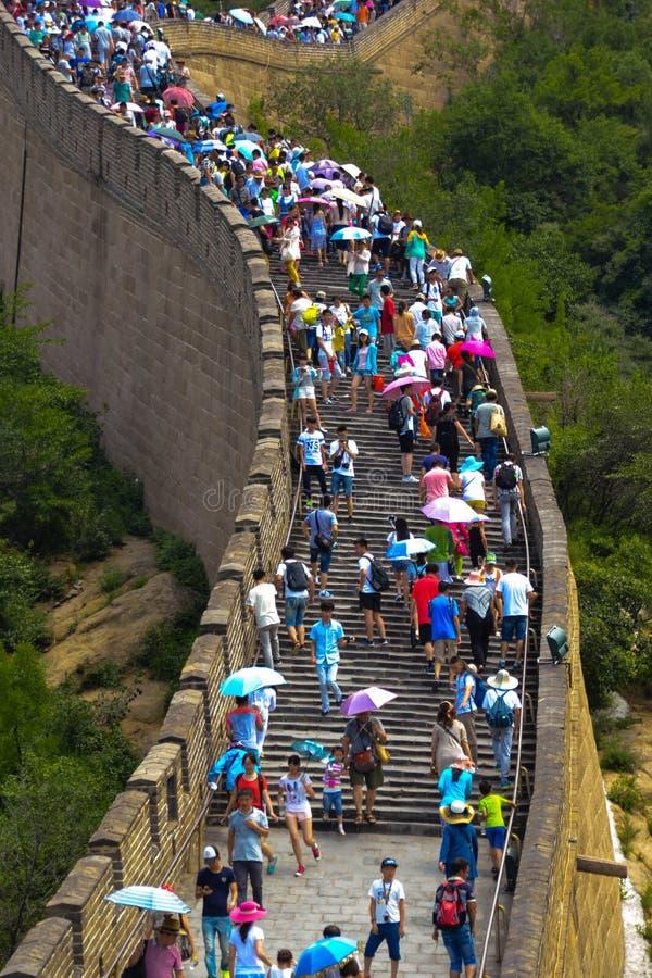 många turister på den stora väggen arkivfoton