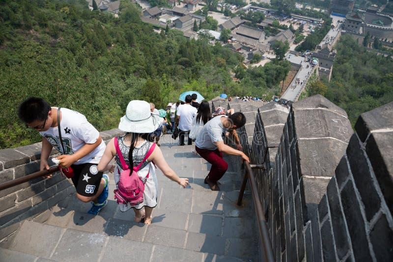 Många turister på den stora väggen av Kina arkivbild