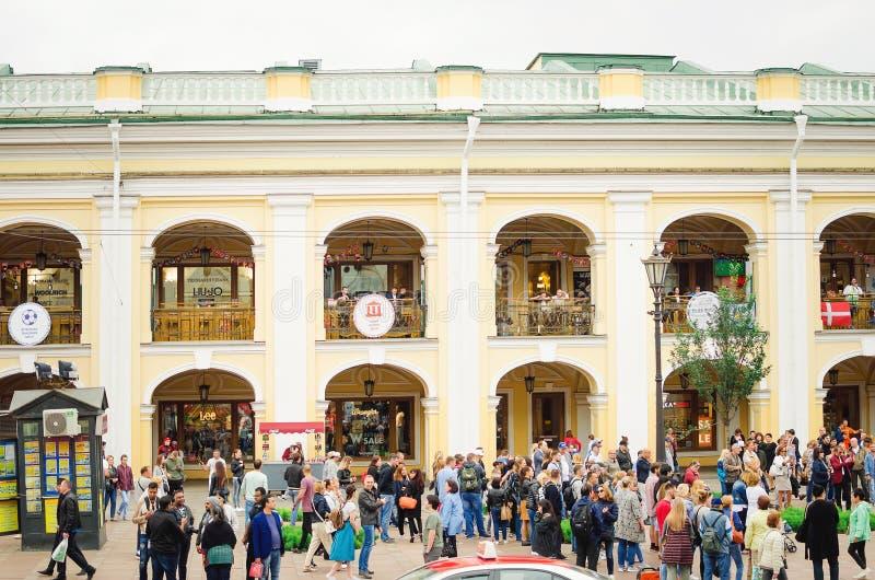 Många turister på gatorna av St Petersburg under världscupen arkivfoto