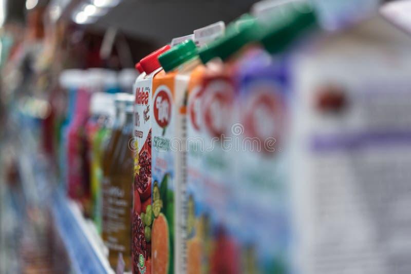 Många typer av dryckfruktsaft i supermarket arkivbilder